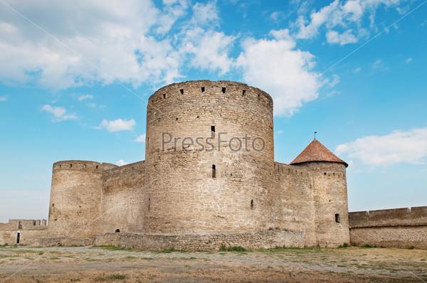 Древняя крепость с башнями и стенами