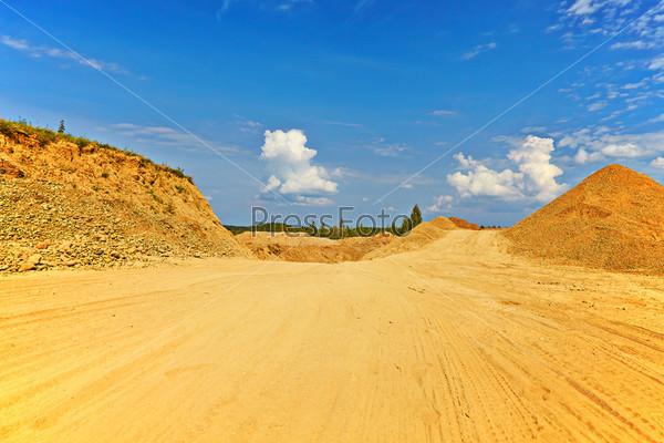 Песчаная дорога между холмами в солнечный летний день