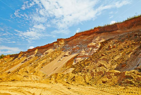 Фотография на тему Пейзаж с песчаной дорогой и утесом в солнечный летний день