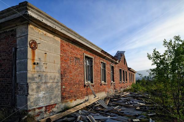 Заброшенное здание из красного кирпича