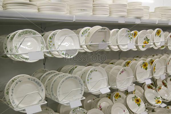 Прилавок с тарелками