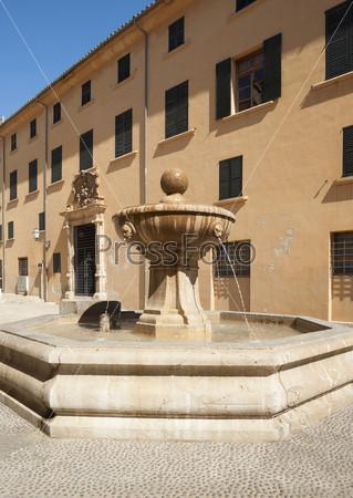 Старый каменный фонтан