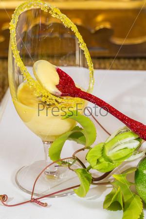 Мусс из маракуйи с красной ложкой и свежие зеленые и желтые маракуйи