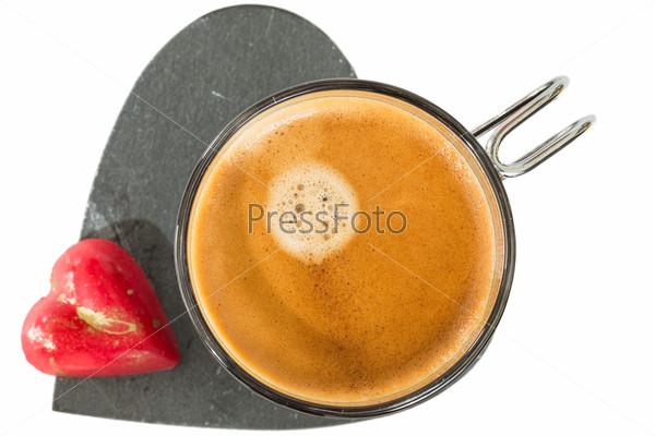 Фотография на тему Чашка кофе на каменном сердце и небольшой красный шоколад в форме сердца