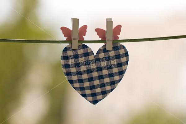 Голубое сердце на веревке