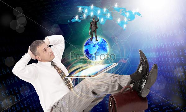 Мужчина с компьютером-планшетом. Интернет. Электронный бизнес