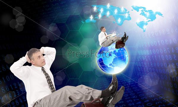 Фотография на тему Мужчина с компьютером-планшетом. Интернет. Электронный бизнес