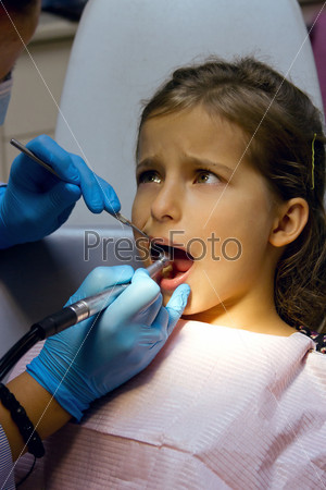 Девочка на приеме у стоматолога