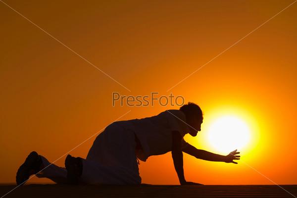Фотография на тему Усталый человек на четвереньках молится о  помощи