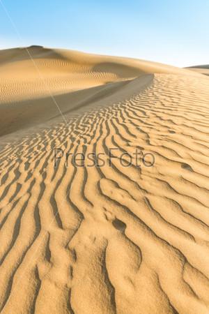 Желтые дюны под голубым небом
