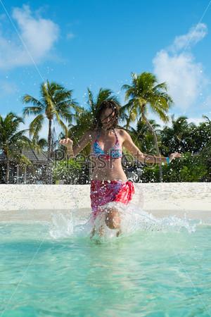 Девушка бежит в воде (Мальдивы - Атолл Lhaviyani)