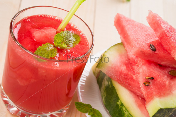 Фотография на тему Свежий арбузный сок с кусочками фруктов