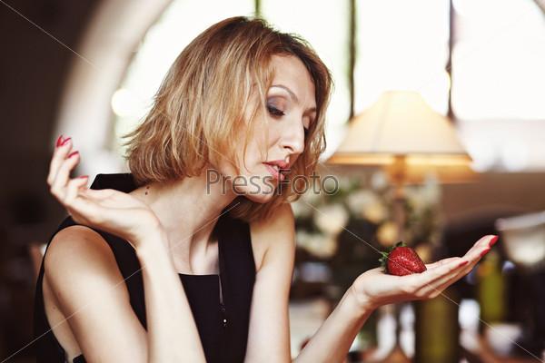 Девушка с клубникой