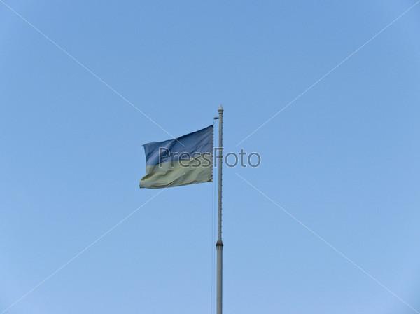 Фотография на тему Украинский флаг на фоне голубого неба