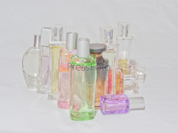 Разноцветные бутылки парфюмерной воды