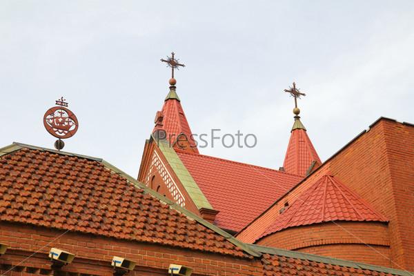 Фотография на тему Красная черепичная крыша церкви в Минске, Беларусь
