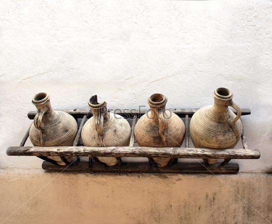 Кувшины на стене
