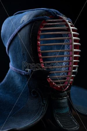 Шлем для занятий кэндо на темном фоне