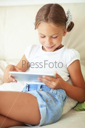 Ребенок играя на планшетном компьютере