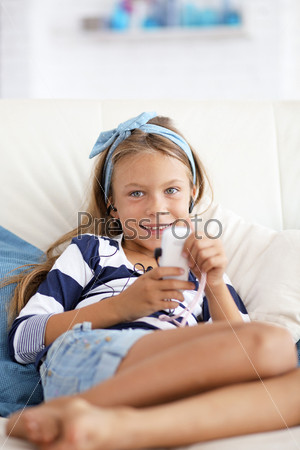 Фотография на тему Ребенок слушает музыку