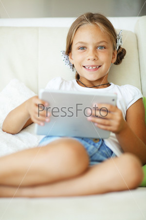 Фотография на тему Ребенок играя на планшетном компьютере