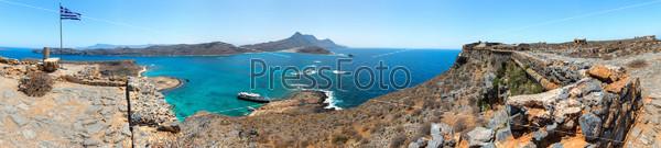 Фотография на тему Панорама Грамвуса, Западный полуостров Крит в Греции. Остатки Венецианского форта на вершине небольшого острова критских повстанцев во время греческой войны за независимость