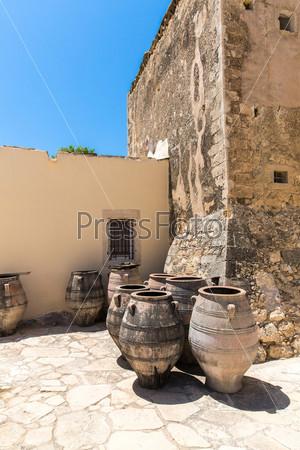 Монастырь и вазы в долине Мессара на острове Крит в Греции