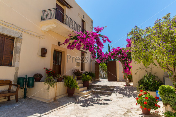 Розовые бугенвиллеи на балконе на улице, Крит, Греция