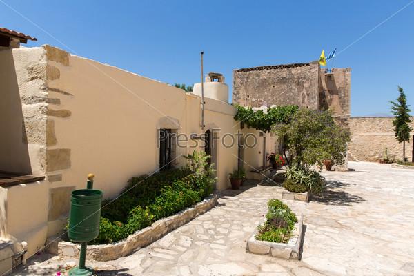 Мужской монастырь в долине Мессара на острове Крит в Греции. Мессара - крупнейшая равнина на Крите