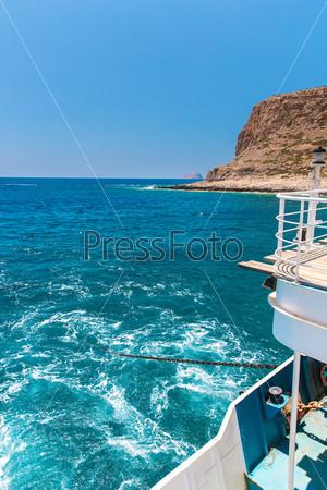 Пляж Балос и пассажирское судно. Вид с острова Грамвуса, Крит