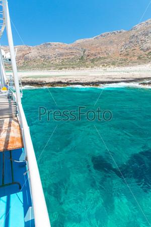 Залив Балос и пассажирское судно. Вид с острова Грамвус, Крит