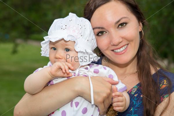 Фотография на тему Счастливая мама и ребенок. Концепция детства и семьи