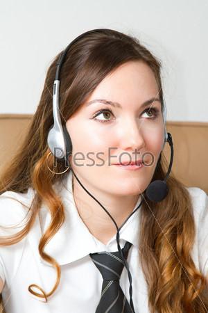 Портрет оператора службы поддержки в гарнитуре в офисе