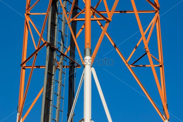 Коммуникационная вышка с антеннами на голубом небе