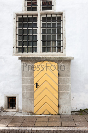 Фотография на тему Старые деревянные двери с белой стеной