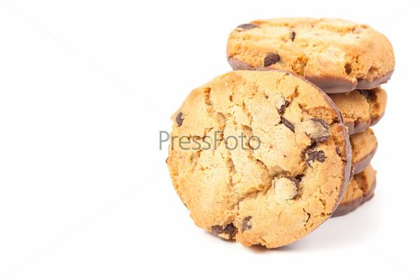 Шоколадные печенья, изолированные на белом фоне
