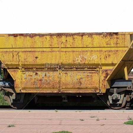 Фотография на тему Желтый железнодорожный вагон на станции