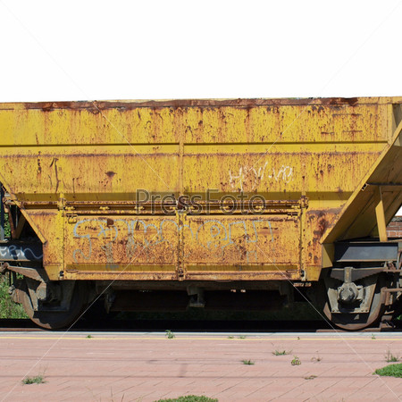 Желтый железнодорожный вагон на станции