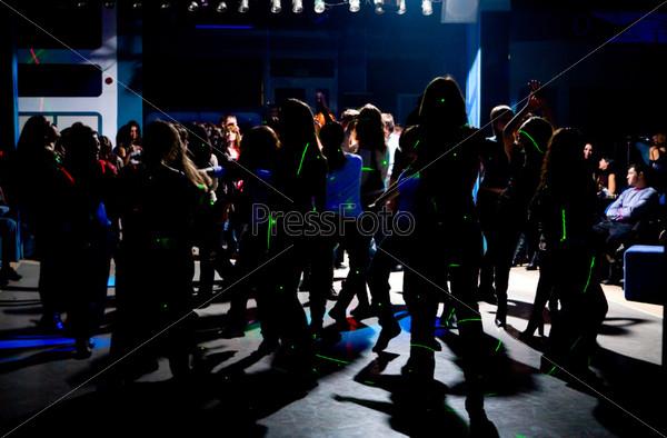 Силуэты танцующих подростков