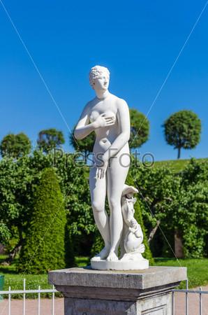 Фотография на тему Крупным планом белая женская статуя