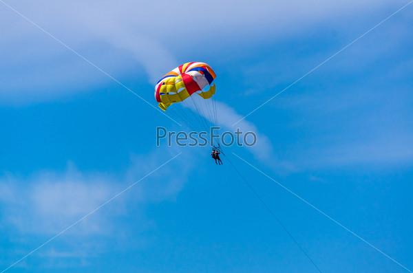 Фотография на тему Люди на парашюте в голубом небе