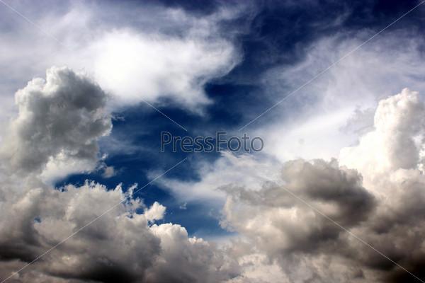 Большие живописные белые облака