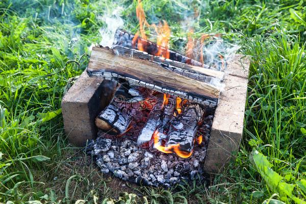 Огонь, горящий в костре, крупным планом