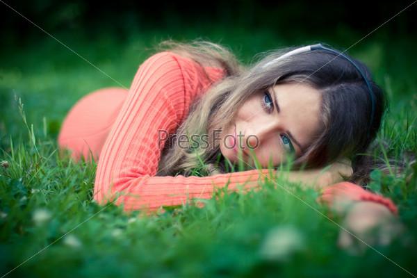 Фотография на тему Расслабленная молодая женщина слушает музыку