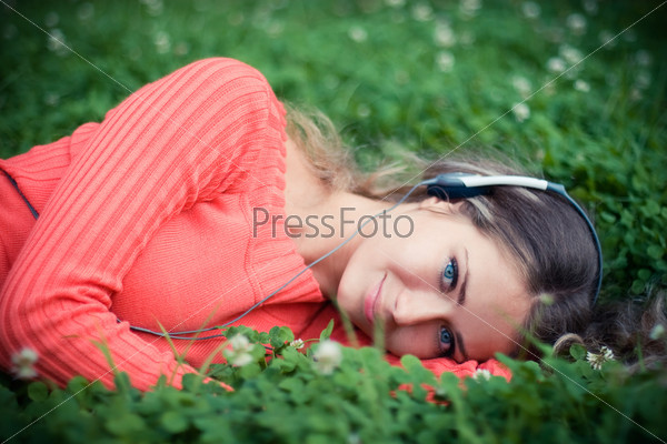 Расслабленная молодая женщина слушает музыку