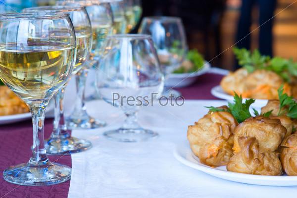 Сервированный праздничный стол
