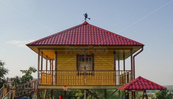Фотография на тему Деревянный дом с красной крышей