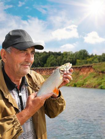 Фотография на тему Голавль в руке рыбака