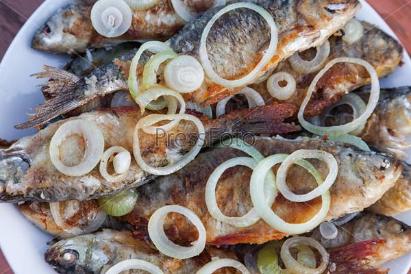 Фотография на тему Жареная рыба на тарелке