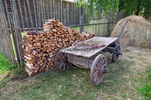 Фотография на тему Старая телега в русской деревне в летний день